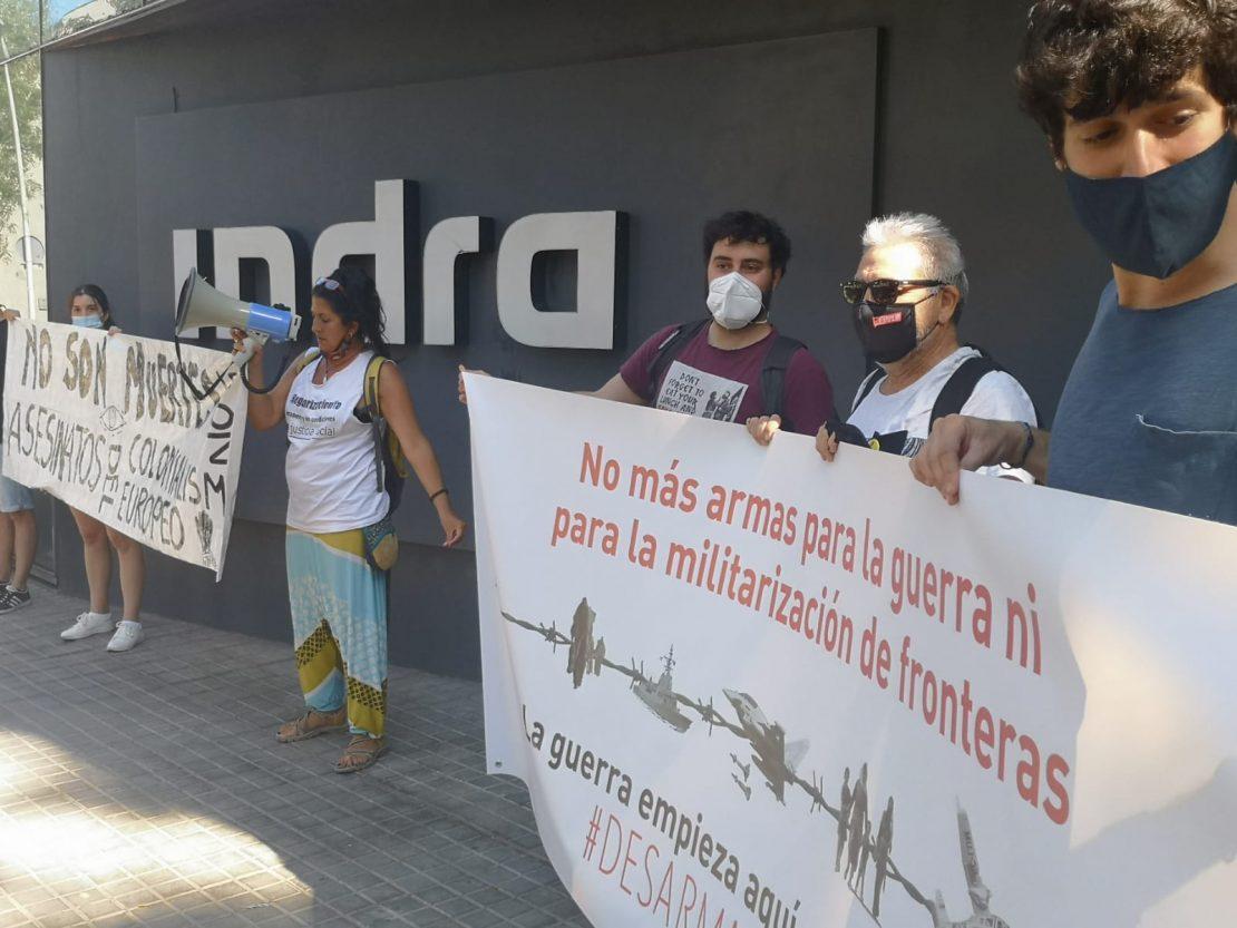 activistas de #DesarmandoIndra en la sede de Indra de Barcelona.